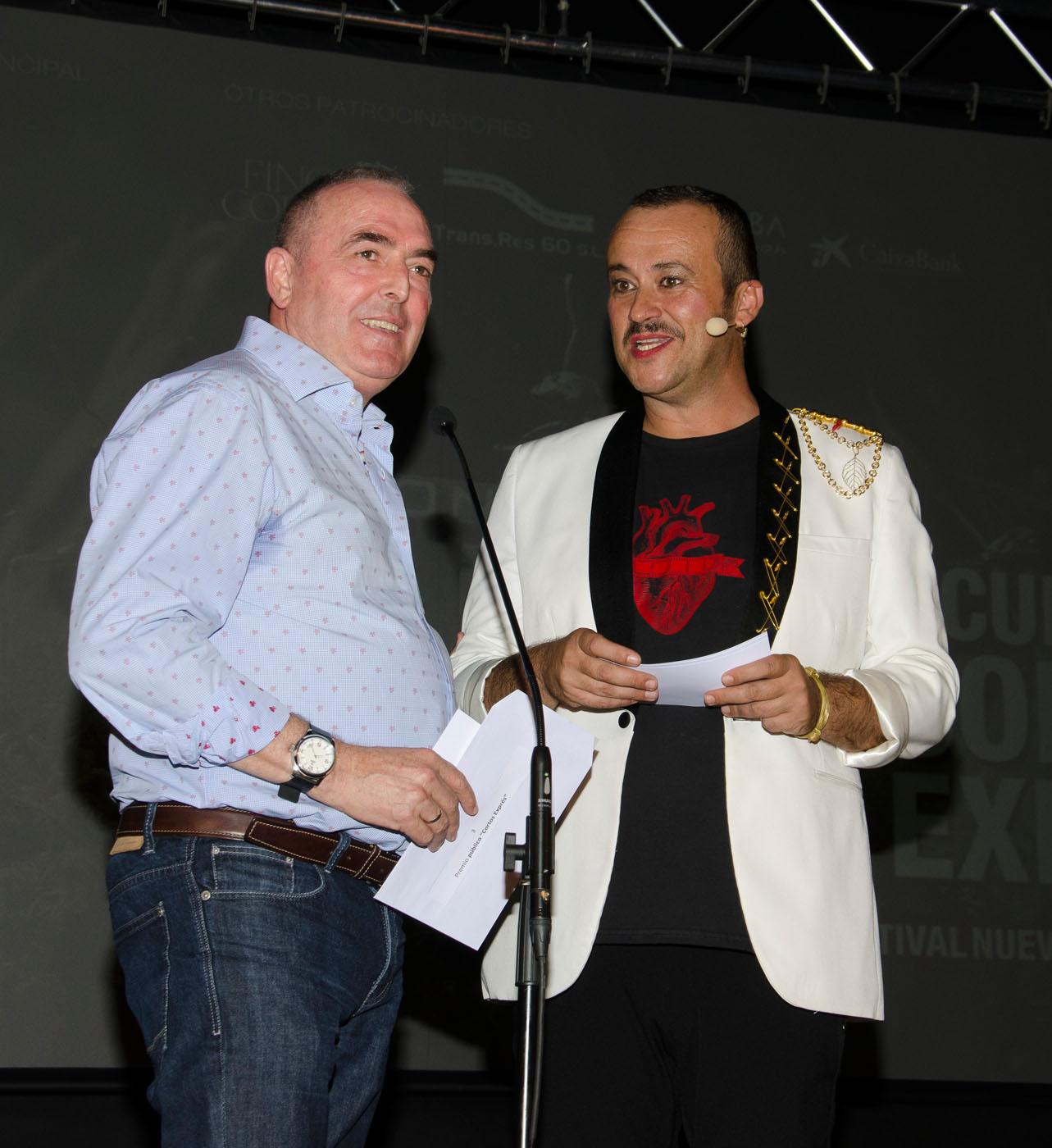 José Carrasco, alcalde de Casares, entrega el premio del público de Cortos Exprés