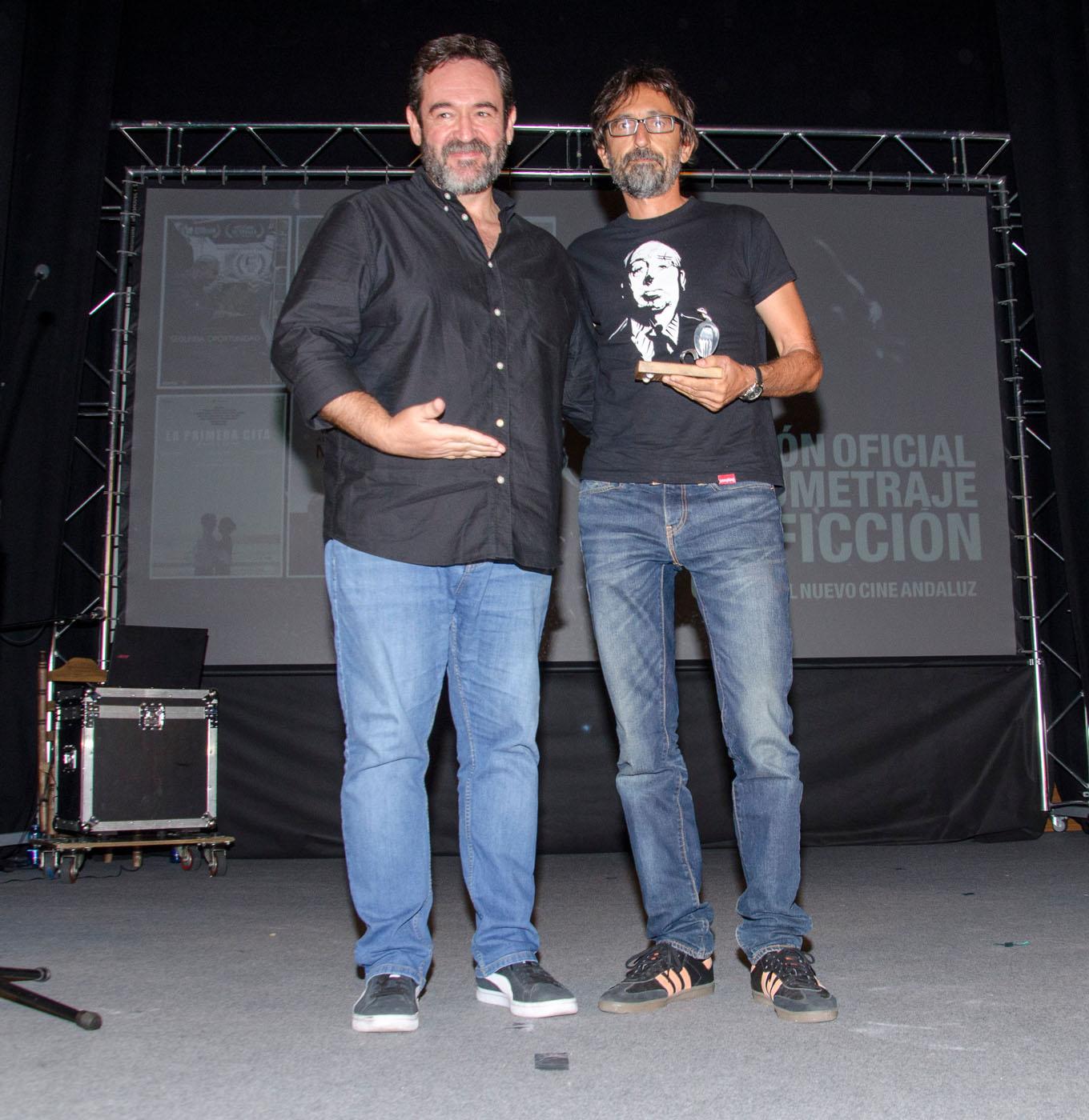 El director y guionista Enrique García, entrega el premio a la Mejor Dirección a Paco R. Baños