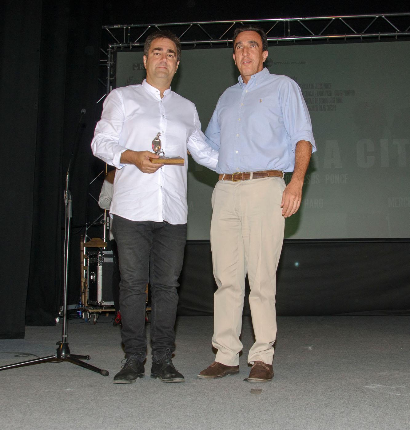 """Vciente Rubio, director de Finca Cortesín, entrega el premio del público a la mejor película a """"La primera cita"""""""