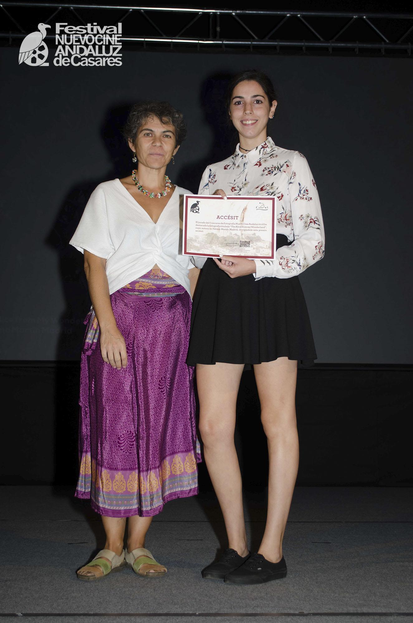 María José Villanueva entrega el accésit de fotografía a Fátima Martín