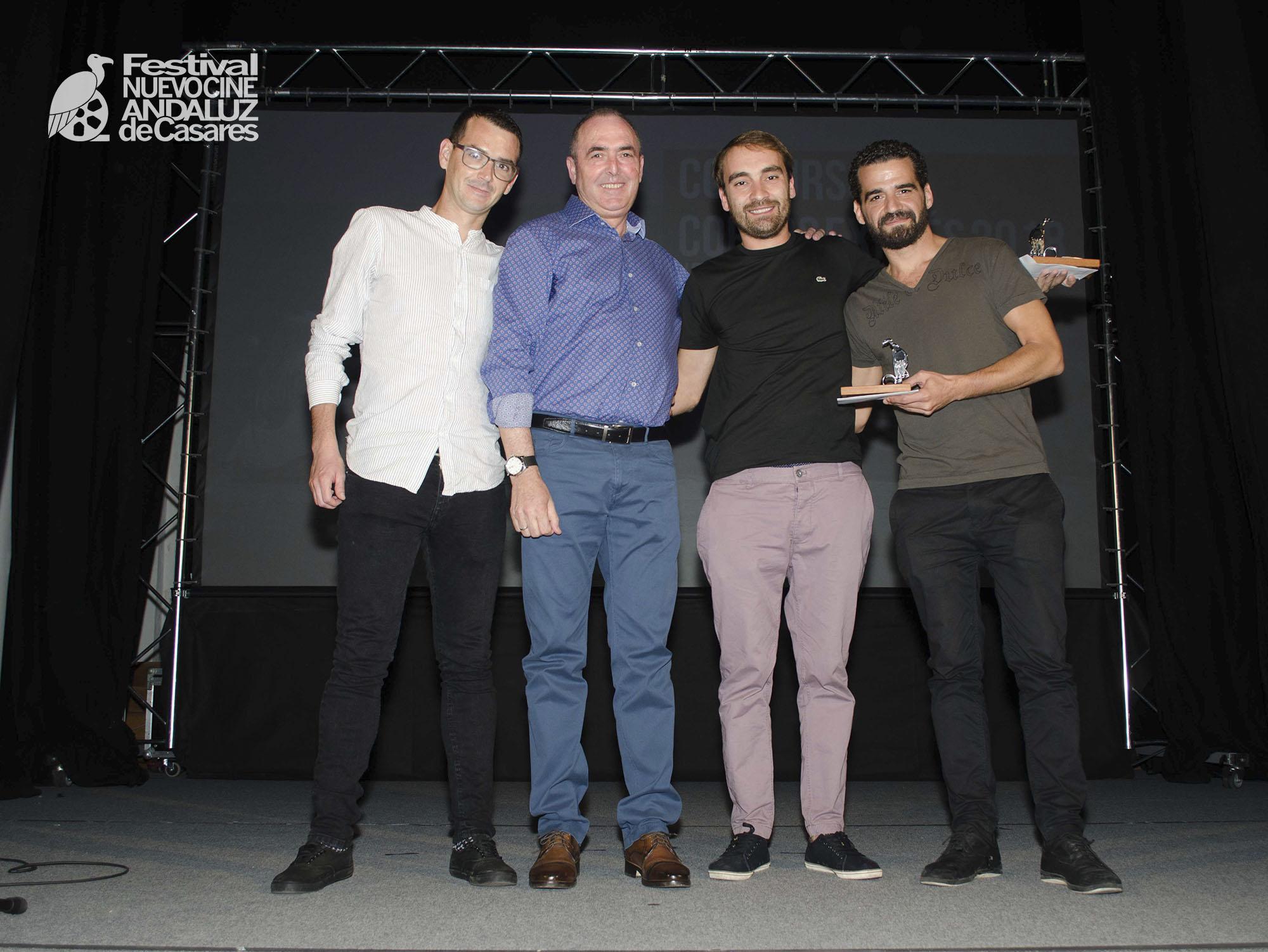 """José Carrasco, alcalde de Casares, entrega el premio del público al corto """"El Mesías"""""""