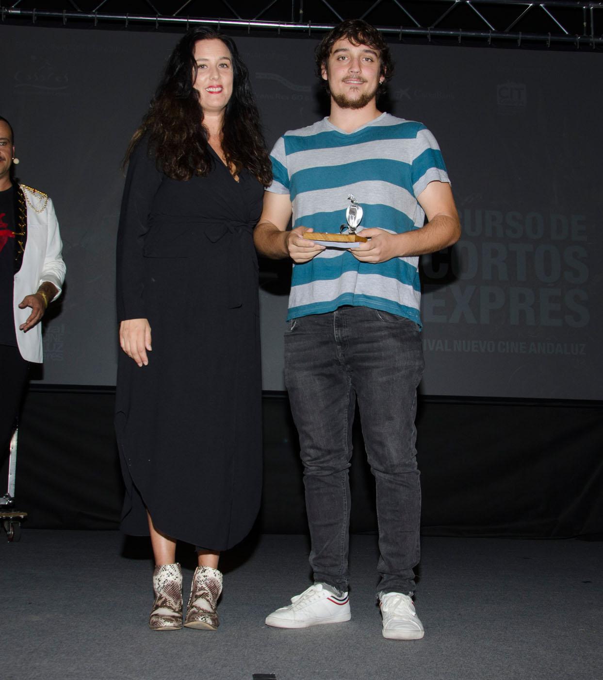 """Rocío Ruiz, concejal del Ayto de Casares, entrega el segundo premio del concurso de Cortos Exprés a """"Noretorno"""""""