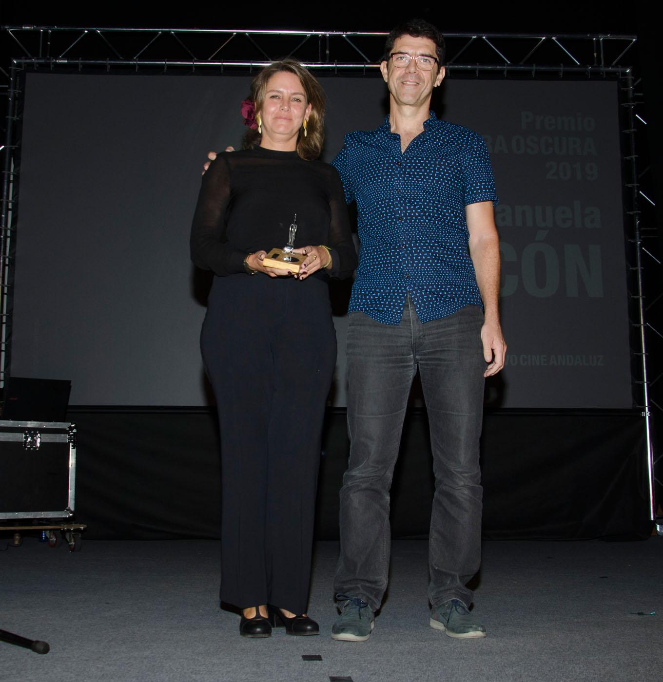 Javier Martos, director del Festival, entrega el premio Cámara Oscura a Manuela Ocón